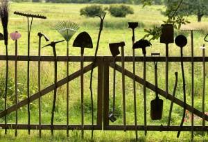 زيادة جمالية  الحديقه من خلال إستخدام  الأدوات الزراعيه القديمه