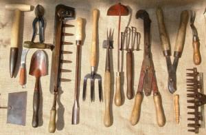 إستخدام الأدوات الزراعيه القديمه في تنسيق وتنفيذ الحدائق